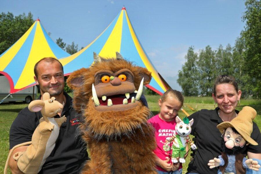 """Nadine und Edmund Brumbach mit Tochter Kathy und den Puppen für """"Petterson und Findus"""". Seit die Familie durch Corona im Herbst in Gersdorf gestrandet sind, lebt sie hier."""