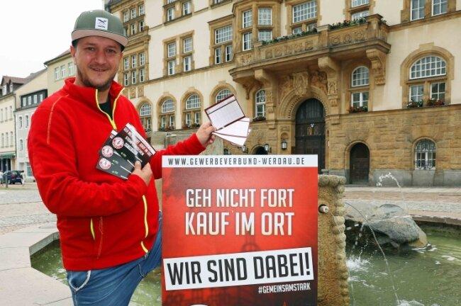 Ron Mittag vom Gewerbeverbund Werdau hält die Stempelkarten in der Hand.