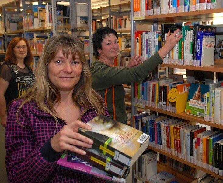Katrin Knobloch, die Leiterin der Stadtbibliothek Mittweida, mit ihren Mitarbeiterinnen Anke Touschil (l.) und Simone Berndt (r.).