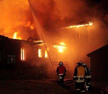 Bei der Ankunft der alarmierten Feuerwehren brannte die Fichtelbergbaude bereits in voller Ausdehnung. Dafür sorgten Brandbeschleuniger an verschiedenen Stellen des Objektes.