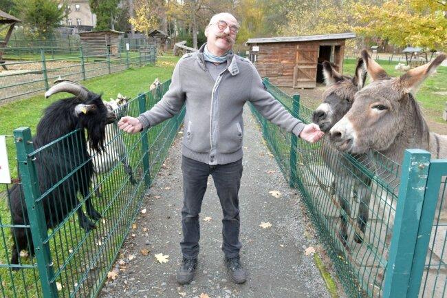 Unter strengen Auflagen erwartet der Tierpark ab Montag Gäste. Im Bild Tierparkchef Peter Heinrich beim Füttern.
