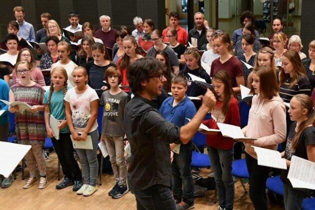 Domkantor Albrecht Koch hat mit den Freiberger Chören von Dom und Geschwister-Scholl-Gymnasium für die Kindermesse geprobt.