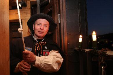 In Schwarzenberg wird allabendlich ein Zeichen der Hoffnung gesetzt. Türmer Gerd Schlesinger läutet um 19.30 Uhr die Glocken des Ratskellers parallel zu den Glocken der St. Georgen Kirche.