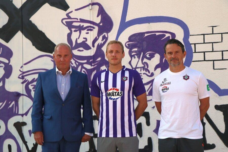 FCE-Präsident Helge Leonhardt (links) und Trainer Dirk Schuster (rechts) präsentierten am Mittwoch mit Ben Zolinksi den sechsten Auer Neuzugang dieses Sommers.
