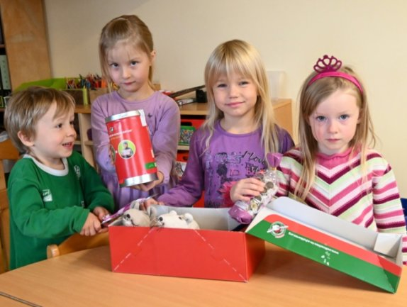 """Auch die Kinder im """"Spatzennest"""" wollen ein Paket für Kinder in Not packen."""