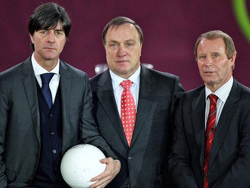 Joachim Löw (l.) trifft mit der DFB-Elf auf Dick Advocaat (m.) und Berti Vogts