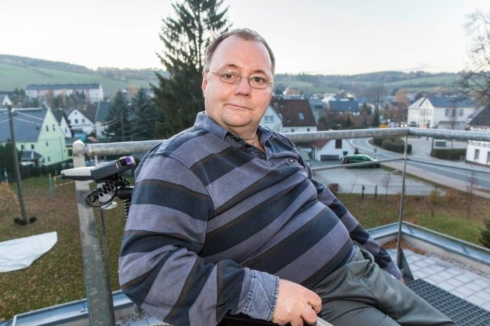 Vom Balkon des Gemeindehauses St. Trinitatis in Königswalde hat Steffen Günther die Natur im Blick. Sein Ziel: wieder Wandern.