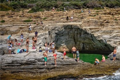 """Mit kühnem Sprung mitten ins """"Auge des Zeus"""": Das Naturschwimmbecken ist vor allem bei jungen Leute beliebt."""