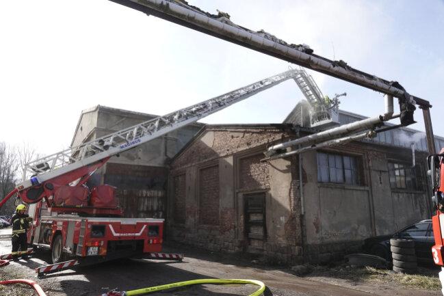 Ein defekter Ofen hat einen Brand in einem Werkstattgebäude an der Heinrich-Lorenz-Straße in Chemnitz verursacht.