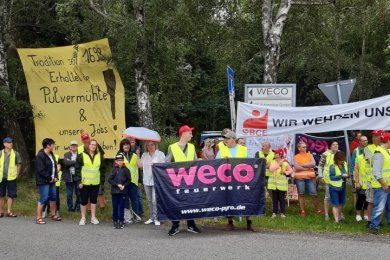 Weco-Mitarbeiter in Freiberg protestierten am Mittwoch für den Erhalt ihrer Arbeitsplätze. Unter den Teilnehmern der Aktion war CDU-Bundestagsmitglied Veronika Bellmann (mit Schirm).