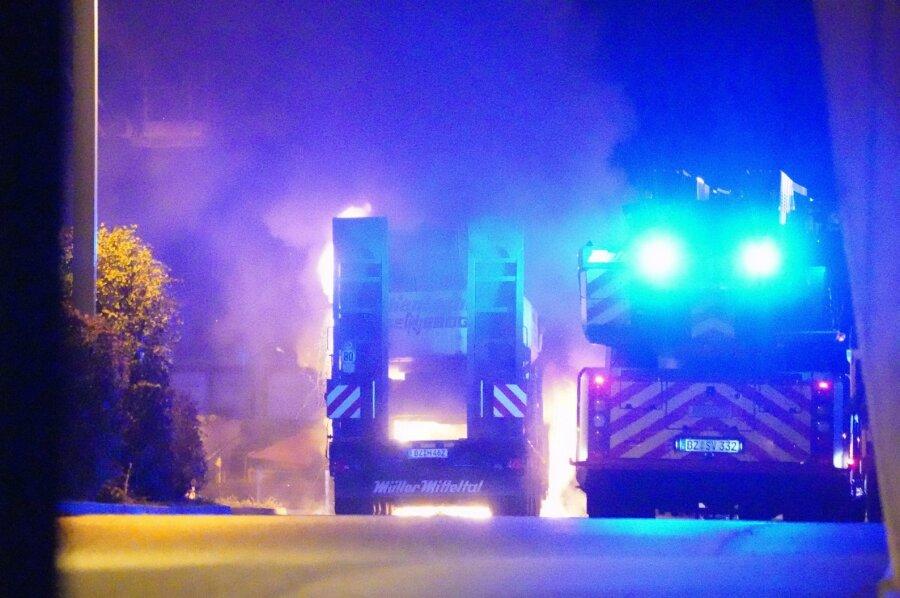 Anschlag auf Gelände von Hentschke Bau: Baumaschinen brennen in Bautzen