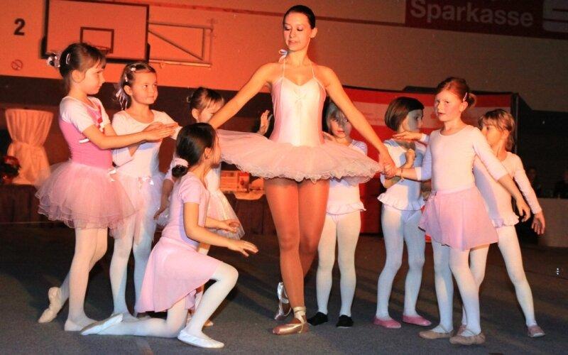 Die Flame Dancers aus Schwarzenberg in zauberhafter Aktion: Sarah Schwengfelder (Mitte) war mit ihren Mini-Ballerinas für den klassischen Moment der Gala verantwortlich. Insgesamt boten sechs Ensembles in der Ritter-Georg-Halle beeindruckende Choreografien.