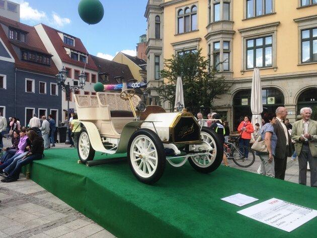 Der Blickfang auf dem Zwickauer Hauptmarkt: Der Horch 14 - 17 PS aus dem Jahr 1904.