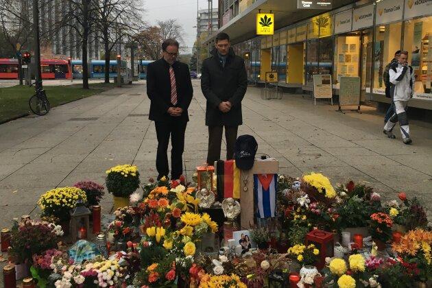 CDU-Bundestagsabgeordneter Frank Heinrich (links) und Christian Hirte (CDU), Ostbeauftragter der Bundesregierung am Tatort des Gewaltverbrechens vom 26. August.