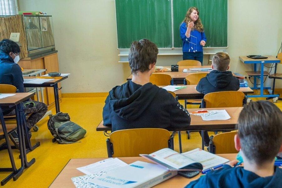 Ein Teil der Schüler der Klasse 7a der Oberschule Aue-Zelle besucht seit Montag wieder die Schule. Im Bild vorn Schülerin Madlen Tautenhahn (links) mit Lehrerin Dana Köhler im Matheunterricht zum Thema Körper-Mobile.