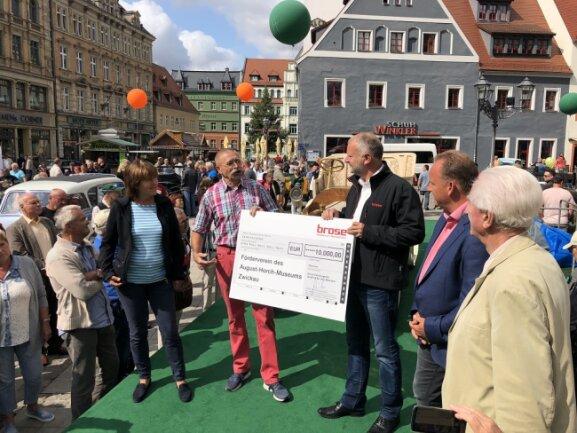 Jörg Graichen (r.), Werkleiter bei Brose, überreicht dem Förderverein des August-Horch-Museums Zwickau die Spende.