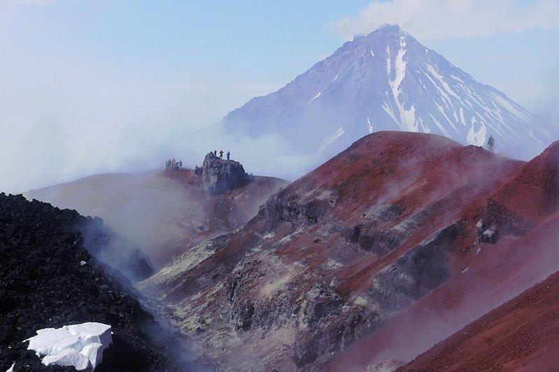 Schwefeldampf und Farbenpracht auf dem Gipfel des aktiven Vulkans Awatschinski, im Hintergrund grüßt der Schichtvulkan Korjakski.