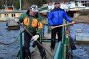 Die Schiffsführer Mike Berthold (l.) und Andreas Weczerek arbeiten am Kriebsteiner Hafen am alten Bootssteg.