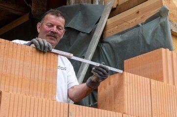 Jörg Grünler von der Erlauer Firma Gerd Lichtenfeld arbeitet am Aufzugsschacht.