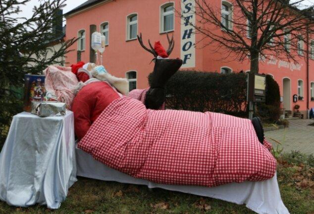 Noch liegt der Weihnachtsmann in Langenbach krank im Bett. Muss das Fest ohne ihn stattfinden?