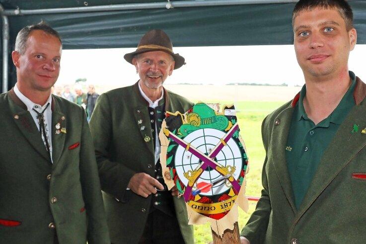 Vereinschef Matthias Baraniak und Schießleiter Gerd Buchwald (von links) gratulierten dem neuen Schützenkönig Marcel Seiler.
