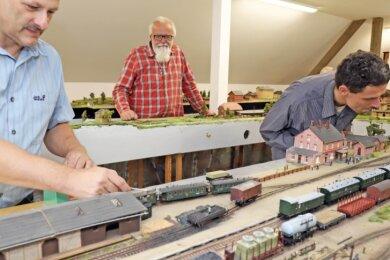 Modellbahnfreunde wie Heiko Kunze, Bernd Rüger und Tobias Wolf (v. l.)finden im neugestalteten Bahnhofsgebäude von Eppendorf beste Bedingungen für ihr Hobby vor. Die Modellbahnanlage hat im Obergeschoss ihr Domizil.