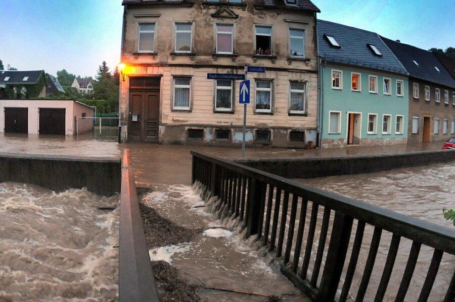 Die Kleine Striegis bereitete den Hainichen auch im Jahr 2013 die größten Sorgen beim Hochwasser. Damals wurde unter anderem die Talstraße überflutet. Für ein Hochwasserschutzprojekt, welches schon seit Jahren geplant wird, liegt noch kein Baurecht vor, was nun zu Widerspruch im Stadtrat führte.