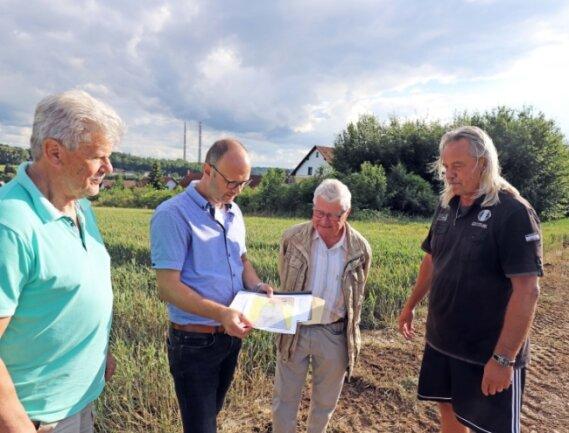Die Anwohner Rainer Wortmann (v. l.), David Bojack, Klaus Gelbrich und Uwe Günther am Rande ihres Wohngebietes in Hilbersdorf. Rechts der Hecke soll das Gewerbegebiet erweitert werden.
