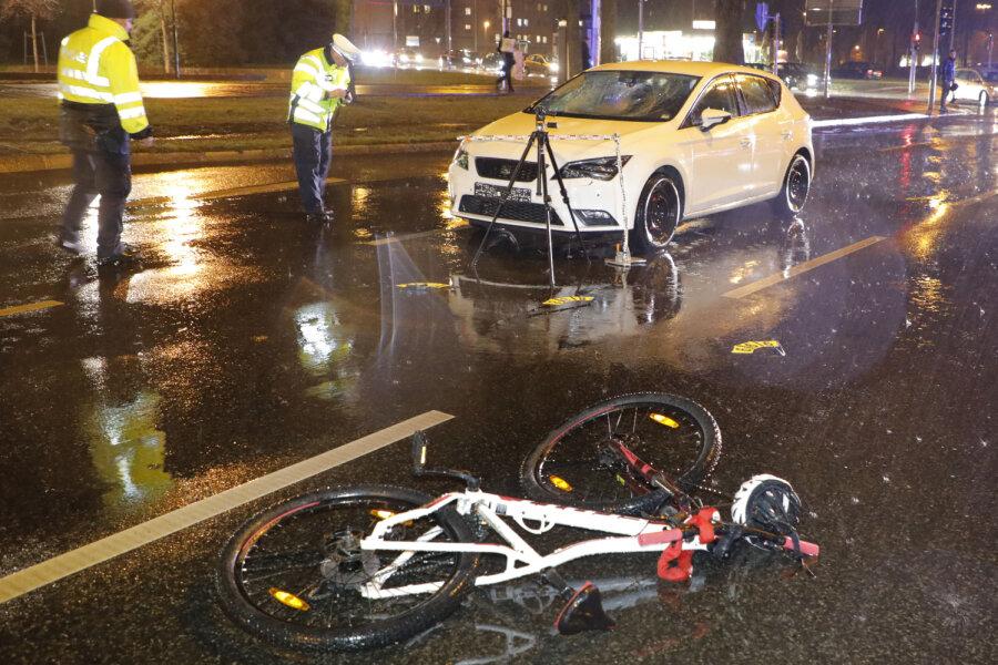 Radfahrerin nach Kollision mit Auto schwer verletzt