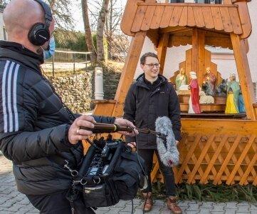 Samuel Rösch während der Dreharbeiten mit Gregor Vogel vom MDR-Team an der Großrückerswalder Ortspyramide.