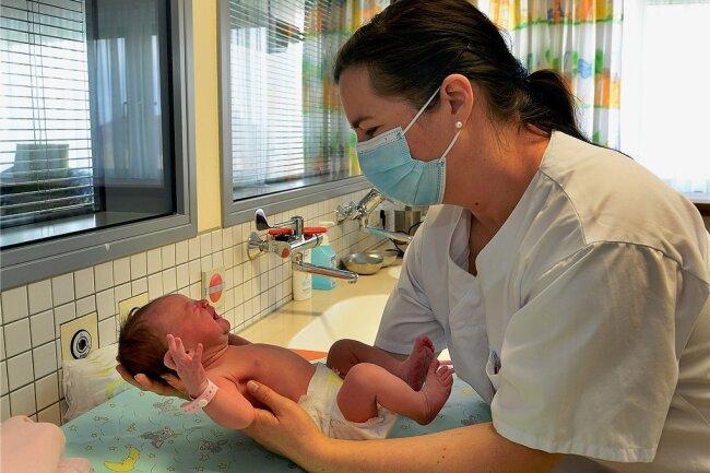 """""""Na, geht es dir gut, kleine Lina?"""" Kinderärztin Susanna Katrin Bosler gehört zum geburtshilflichen Team des Krankenhauses Mittweida."""