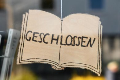 Ein «Geschlossen»-Schild vor einer Buchhandlung.