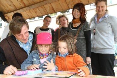 Noch können Jule und Sophia die Männer im Kinderhaus an einer Hand abzählen. Jörg Eller (r.) steckt gerade in der Ausbildung.