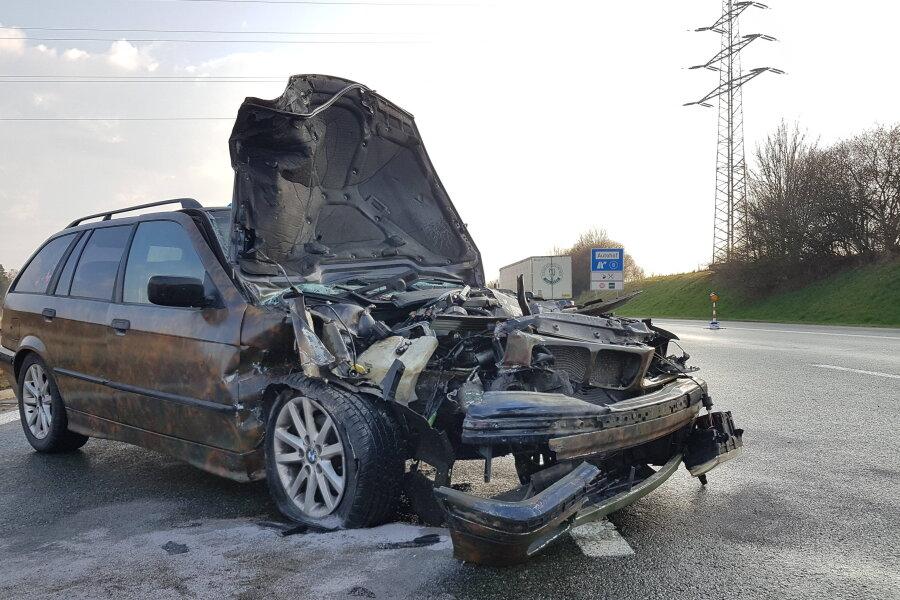 Die Autobahn A 72 ist am Dienstagnachmittag nach einem Unfall rund 1,5 Kilometer vor der Abfahrt Treuen in Fahrrichtung Hof zeitweise gesperrt gewesen.