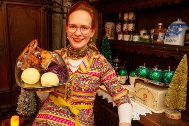 Wer sich in diesen Tagen nicht mit Kochen belasten möchte, aber dennoch Appetit auf einen festlichen Braten hat, ist im Alten Handelshaus an der Straßberger Straße genau richtig. Junior-Chefin Nastasia Kaminski bietet dort nicht nur Gans to go, sondern zum Beispiel auch Rehkeule und Bambes zum Mitnehmen an.