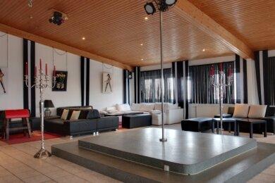 Gähnende Leere: Blick in einen der zehn Räume des Klubs, in denen die Besucher einen gemütlichen Abend verbringen können.