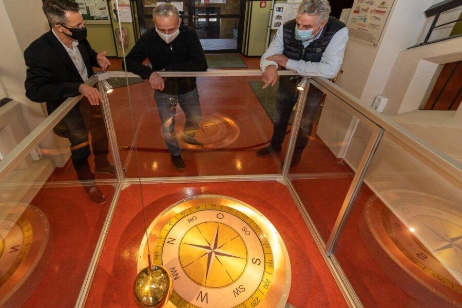 Kay Herrmann (links) und Dietrich Roßbach (Mitte) erläutern Oberbürgermeister Manfred Deckert das Foucaultsche Pendel, das seit dem gestrigen Donnerstag in der Geschwister-Scholl-Oberschule Auerbach die Rotation der Erde sichtbar macht.
