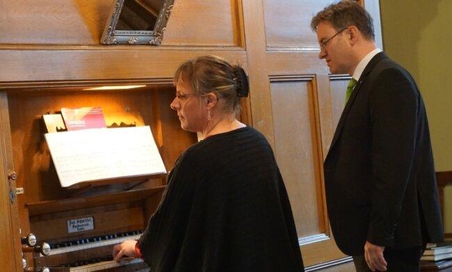 Anne Viehweger, assistiert von Rico Schneider, beim Konzert am Sonntagabend an der Schmeisser-Orgel der Zwotaer Kirche.