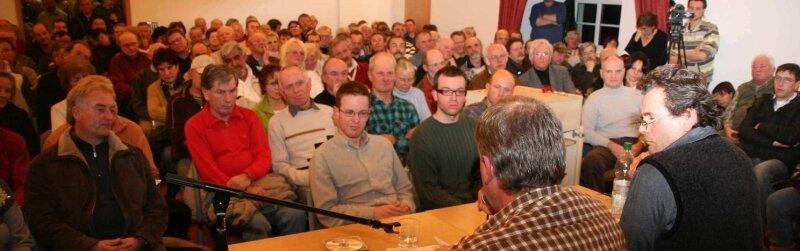 """<p class=""""artikelinhalt"""">Gebannt verfolgten die Besucher in Klingenthal jedes Wort von Thomas Purschke und Claus Tuchscherer (vorn von links). </p>"""