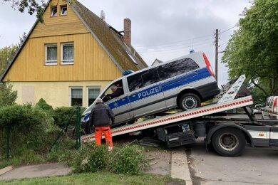 Am Dienstag wurde der Mercedes aus dem Grundstück geborgen.
