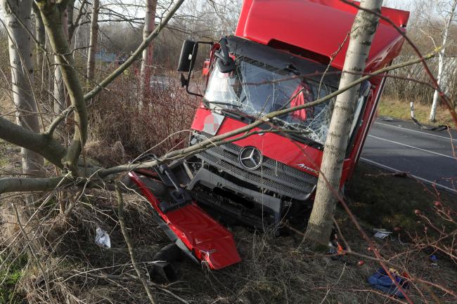 Auto und Lkw kollidieren: Zwei Verletzte