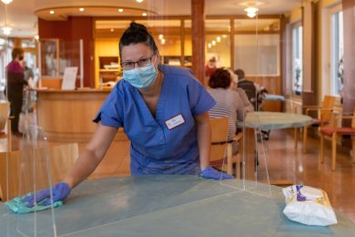 Mitarbeiterin Mandy Pluntke bereitet in der Cafeteria des Rochlitzer Pflegeheims der Sozialservice gGmbH einen Tisch für den nächsten Besucher vor. Hier können sich die Angehörigen treffen.