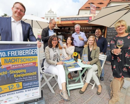 Gemeinsam mit Organisatoren und Gastronomen der Silberstadt stellte Oberbürgermeister Sven Krüger (l.) am Montag das Programm der 10. Nachtschicht auf dem Schlossplatz vor.