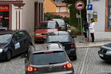 """<p class=""""artikelinhalt"""">Verkehrschaos in Oederan: Wegen der Sperrung der Bundesstraße 173 fahren viele durch die Durchfahrt Straße am Altmarkt. </p>"""