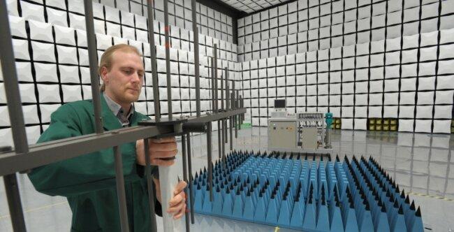 """<p class=""""artikelinhalt"""">Mitarbeiter Gero Gärtner richtet die Antenne für eine Prüfung in der neuen Teil-Absorberhalle des Hartmannsdorfer Prüfinstituts SLG ein. Mit dieser Vorrichtung werden elektromagnetische Felder gemessen. Zurzeit wird ein neues Elektrofahrrad getestet, bevor es in Serie gehen kann.</p>"""