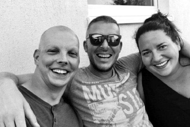 Sie waren beste Freunde: Eric Günzel (links) ist vor sechs Wochen gestorben. Andreas Höhn, Nicole Roßner und weitere Freunde wollen der hinterbliebenen Ehefrau und ihren beiden Kindern helfen - mit einem Benefizspiel.