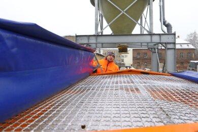Bauhof-Leiter Chris Mages kontrolliert in Glauchau das Befüllen der Fahrzeuge mit Streusalz.