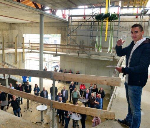 Bauleiter Ansgar Schmidt von der Hoch- & Tiefbau GmbH Mittweida sprach bei der Feier im Rohbau der neuen Stadtbibliothek den Richtspruch. Bis Mitte kommenden Jahres soll das Gebäude fertig werden.