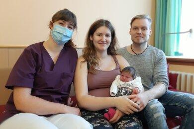 Hebamme Elisabeth Krämer (links) mit ihrer Schwester Sonja, Nichte Philine und dem Vater des Kindes, Dennis Miosga.