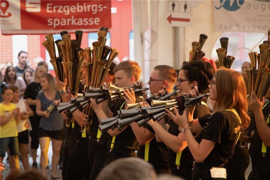Nach der zweiten corona-bedingten Absage wünschen sich alle Beteiligten, dass es solche Auftritte beim Thumer Orchestertreff 2022 wieder gibt. Im Bild: Musiker der Schalmeienzunft Hartmannsdorf bei einem Auftritt 2019.
